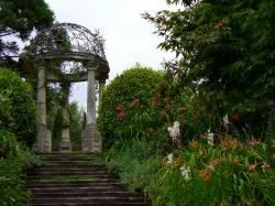 Беседка-ротонда из камня в саду Ayrlies