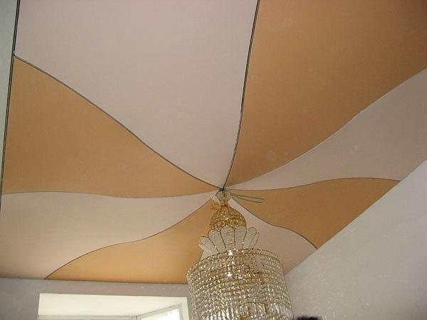 Натяжной потолок из полотен разного цвета