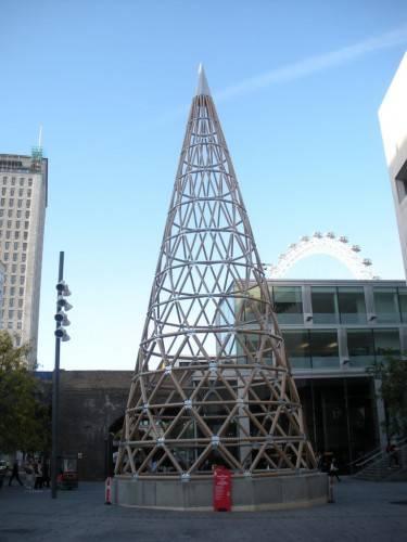 Бумажная башня из картонных туб высотой 22м. Фотограф duncan c