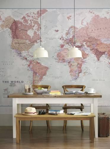 Принт с картой мира на стене