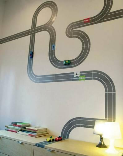 Игрушечные машинки на стене