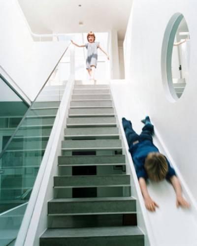 Лестница совмещенная с детской горкой. Дизайн от Alex Michaelis.