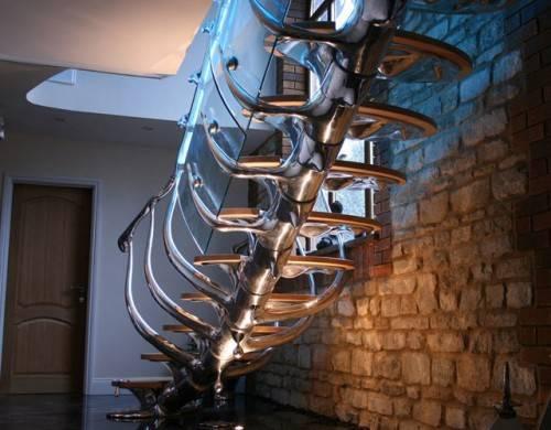 Скульптурная лестница с деталями из стекла и дерева
