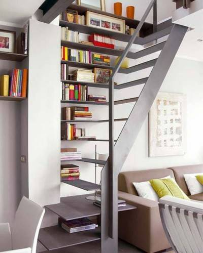 Компактная лестница совмещенная с книжными полками