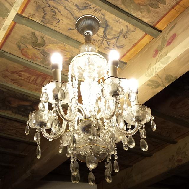 Старинный деревянный потолок с росписью