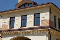 Барельеф из гипсовой лепнины на фасаде дома