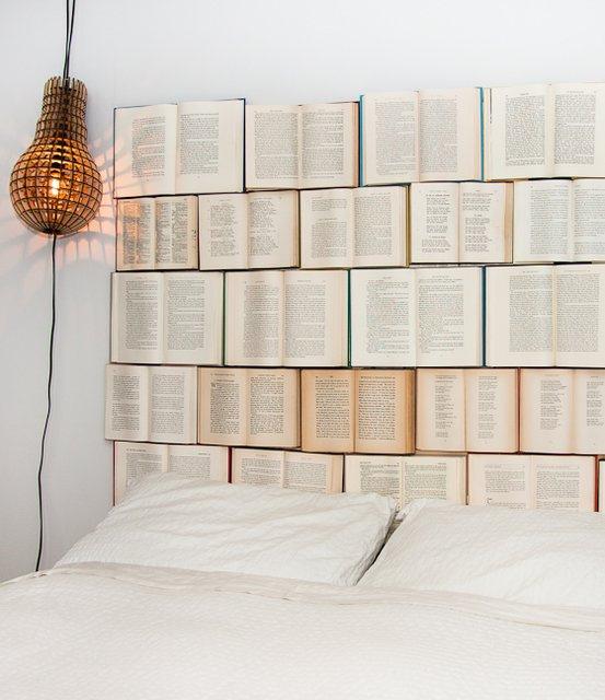 Как декорировать стену при помощи книг