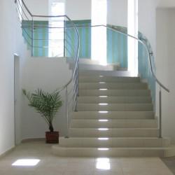 Лестница декорированная плиткой