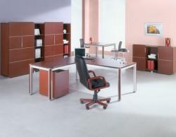 Офисное помещение с мебелью орехового цвета