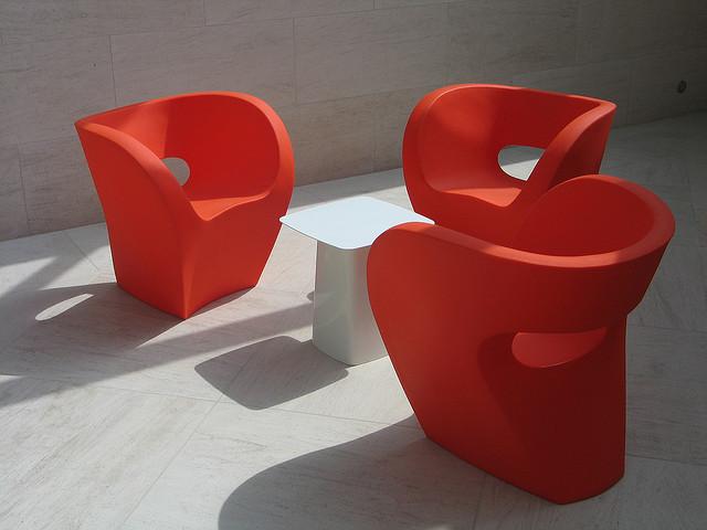 Композиция из трех стульев и столика