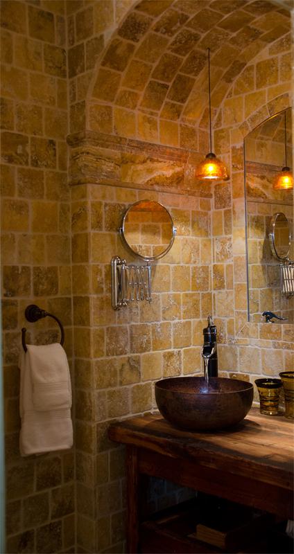 Ванная с плиткой под камень