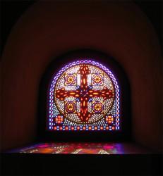 Витраж с крестом в полуциркульном окне
