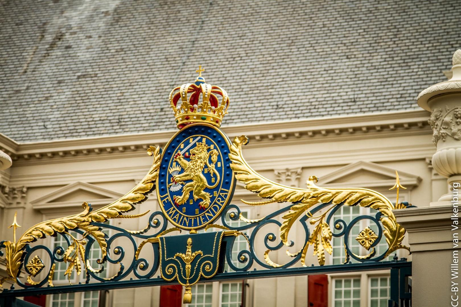 Королевский дворец нидерландов в гааге в снегу