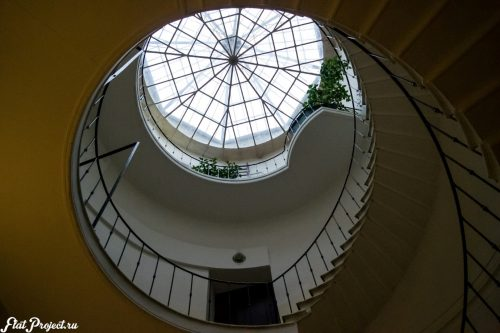 Потолок винтовой лестницы в здании Союза Художников — фото 2