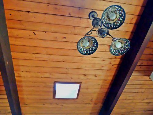 Деревянный потолок с балками — фото 1