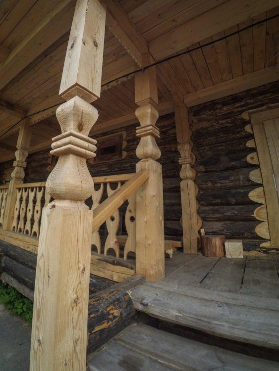 Приходской дом (дом Манькина) - Резное крыльцо