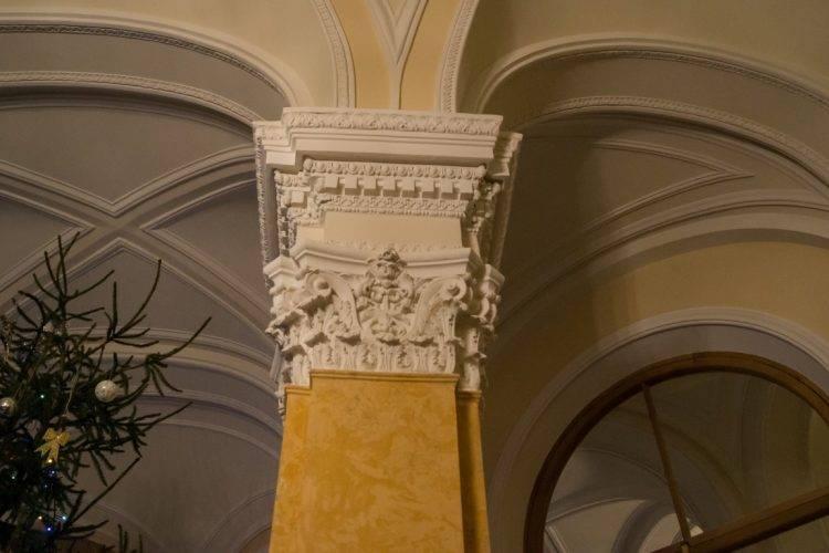 Мраморная лестница Гатчинского дворца