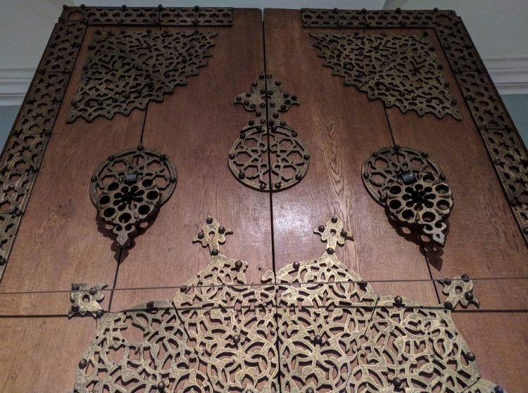 Декор двери в восточном стиле