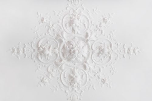 Потолочная розетка с цветочными бутонами