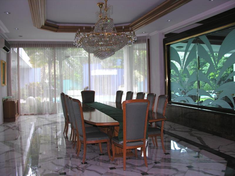 Двухуровневый потолок из ГКЛ в классическом стиле