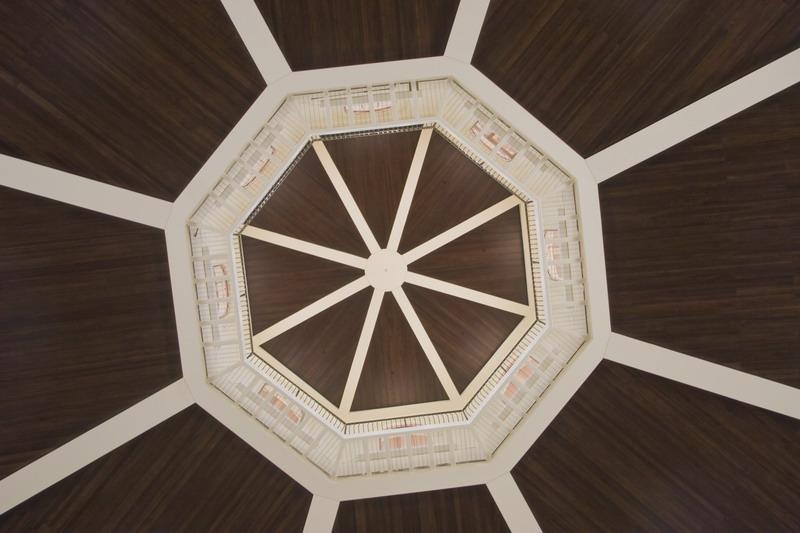 Деревянный потолок — фото 146
